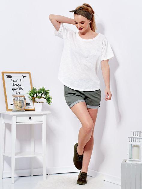 Ecru t-shirt basic z podwijanymi rękawami                              zdj.                              4