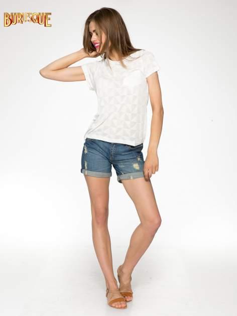 Ecru t-shirt z ażurowymi przeszyciami i kieszonką                                  zdj.                                  2