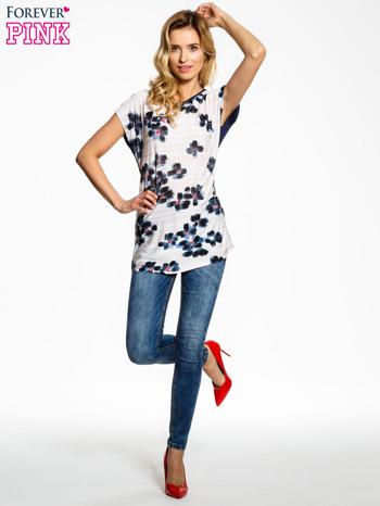 Ecru t-shirt z granatowym kwiatowym nadrukiem                                  zdj.                                  2