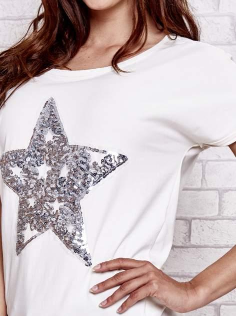 Ecru t-shirt z gwiazdą z cekinów                                  zdj.                                  6