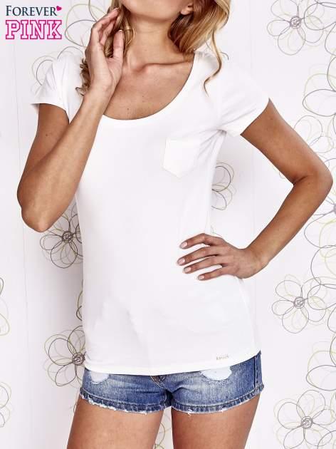 Ecru t-shirt z kieszonką i koronkowym tyłem                                  zdj.                                  1