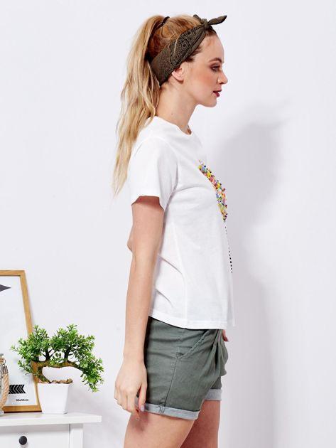 Ecru t-shirt z kolorowym nadrukiem i perełkami                              zdj.                              3