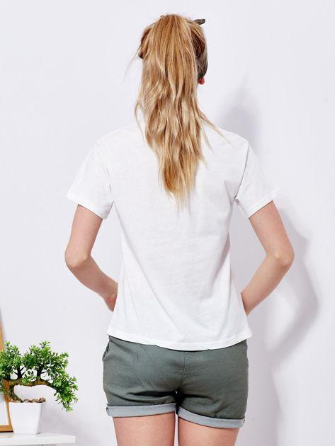 Ecru t-shirt z kolorowym nadrukiem i perełkami                              zdj.                              2