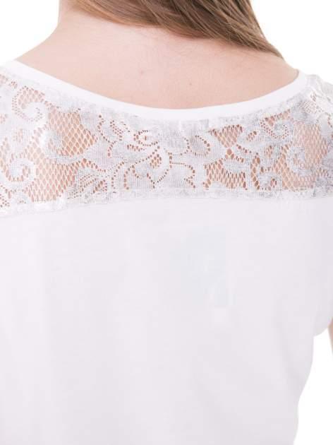 Ecru t-shirt z metalicznym nadrukiem HARD i koronkową wstawką z tyłu                                  zdj.                                  9