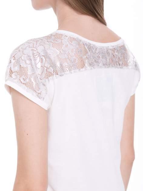 Ecru t-shirt z metalicznym nadrukiem HARD i koronkową wstawką z tyłu                                  zdj.                                  7