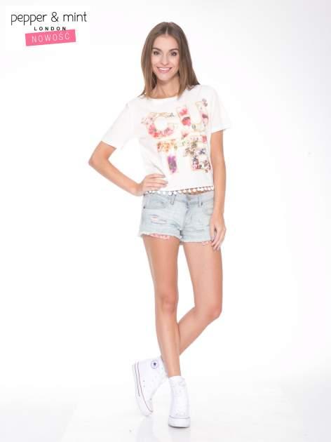 Ecru t-shirt z nadrukiem CUTE i pomponami w stylu etno                                  zdj.                                  5