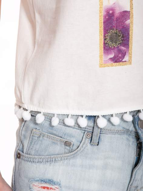 Ecru t-shirt z nadrukiem CUTE i pomponami w stylu etno                                  zdj.                                  9