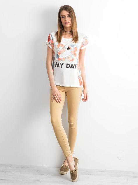 Ecru t-shirt z nadrukiem kwiatowym                              zdj.                              4