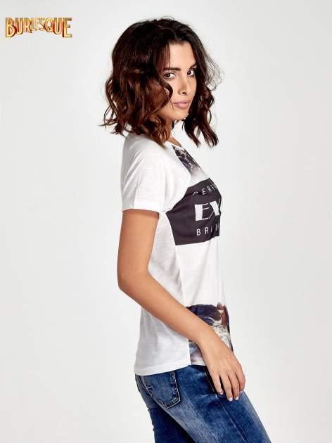 Ecru t-shirt z nadrukiem pejzażu i napisem EXQUISTE z dżetami                                  zdj.                                  3