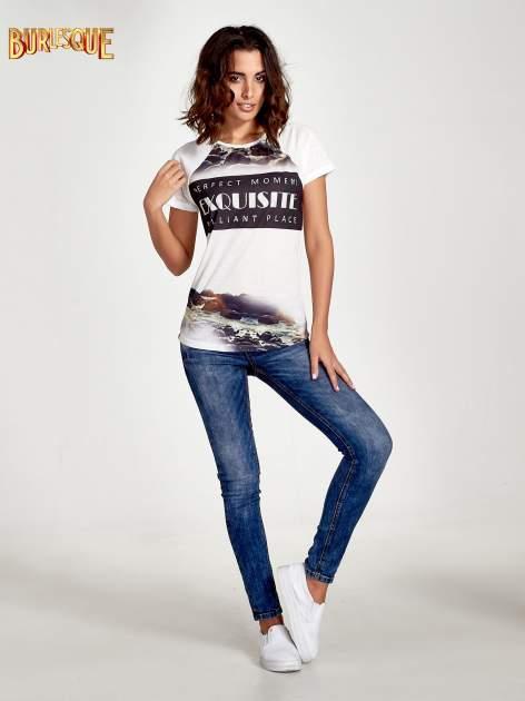 Ecru t-shirt z nadrukiem pejzażu i napisem EXQUISTE z dżetami                                  zdj.                                  7