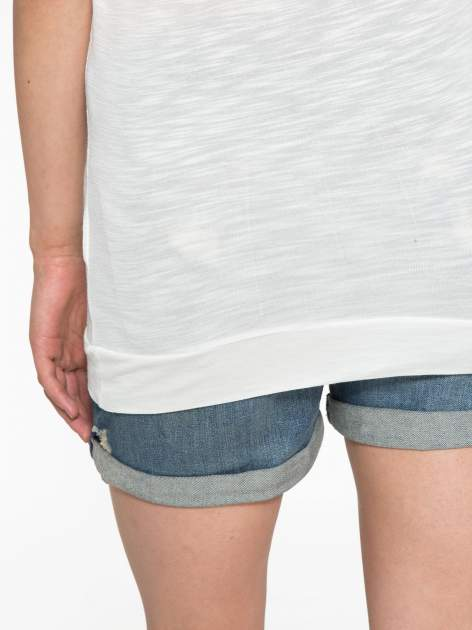Ecru t-shirt z napisem LIVE IN THE SUNSHINE z dżetów                                  zdj.                                  10