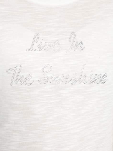 Ecru t-shirt z napisem LIVE IN THE SUNSHINE z dżetów                                  zdj.                                  8
