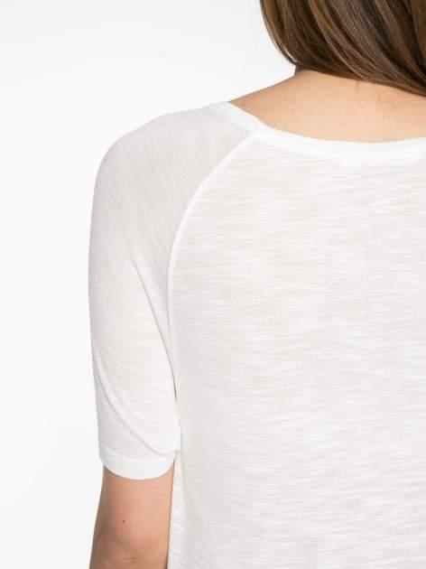 Ecru t-shirt z napisem LIVE IN THE SUNSHINE z dżetów                                  zdj.                                  11