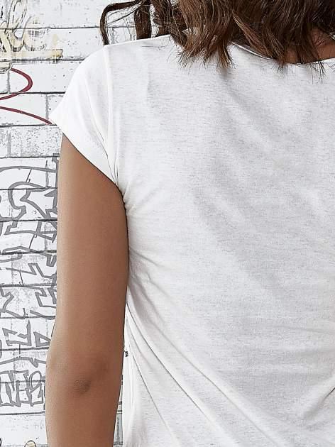 Ecru t-shirt z napisem SHE SAYS BABE YOU LOOK SO COOL XX                                  zdj.                                  6