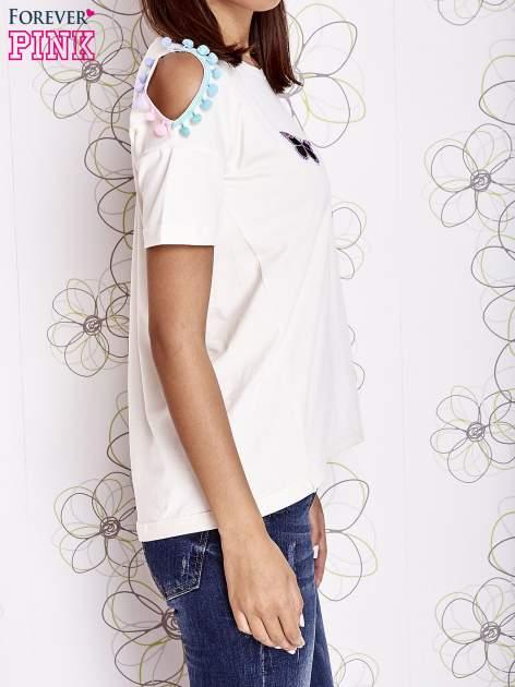 Ecru t-shirt z naszywką motyla i pomponami                                  zdj.                                  3