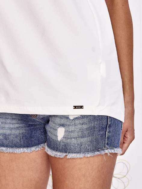 Ecru t-shirt z ozdobnym napisem i kokardą                                  zdj.                                  6