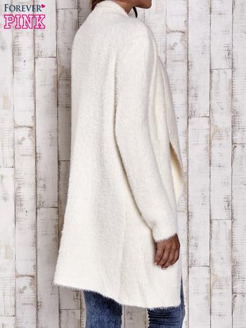 Ecru włochaty sweter z kaskadowym kołnierzem                                  zdj.                                  5