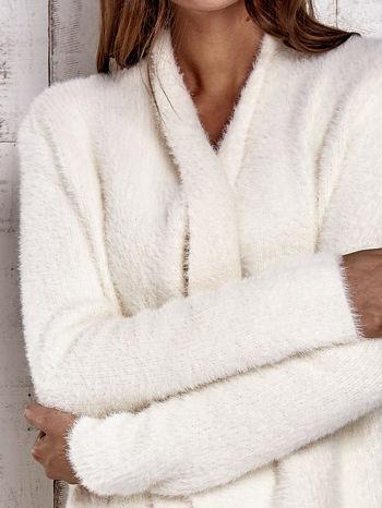Ecru włochaty sweter z kaskadowym kołnierzem                                  zdj.                                  7