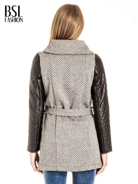 Ecru wzorzysty płaszcz ze skórzanymi pikowanymi rękawami                                  zdj.                                  4