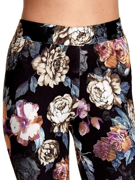 Elastyczne legginsy w kwiatowy wzór                                  zdj.                                  5