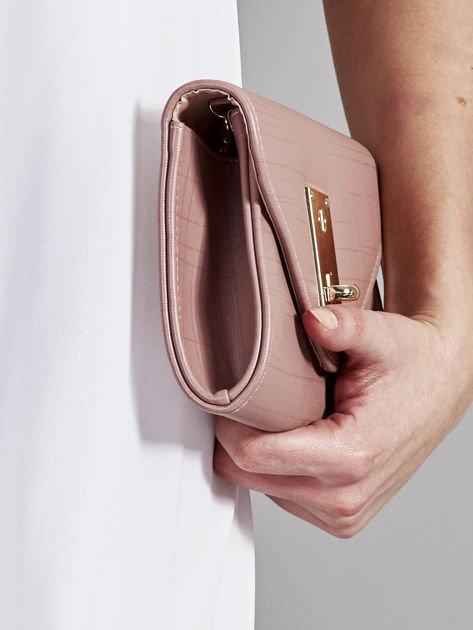 Elegancka kopertówka z ozdobnym zapięciem pudrowo różowa                              zdj.                              5