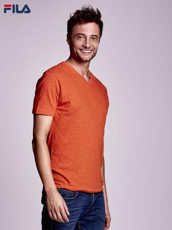 FILA Pomarańczowy t-shirt męski z dekoltem w serek                              zdj.                              3