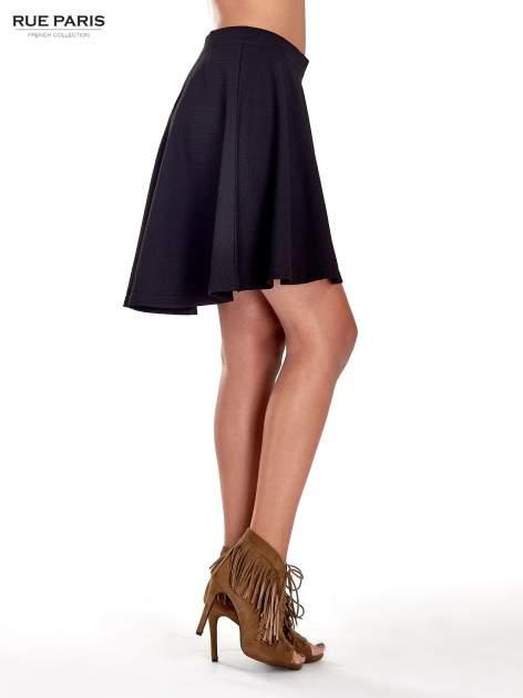 Fakturowana czarna spódnica z plisami i lekko wydłużonym tyłem                                  zdj.                                  3
