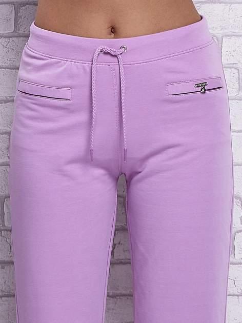 Fioletowe spodnie capri z wszytymi kieszonkami                                  zdj.                                  4