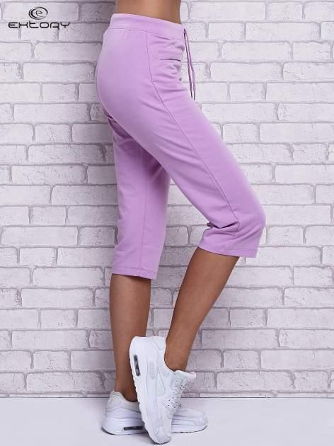 Fioletowe spodnie capri z wszytymi kieszonkami                                  zdj.                                  3