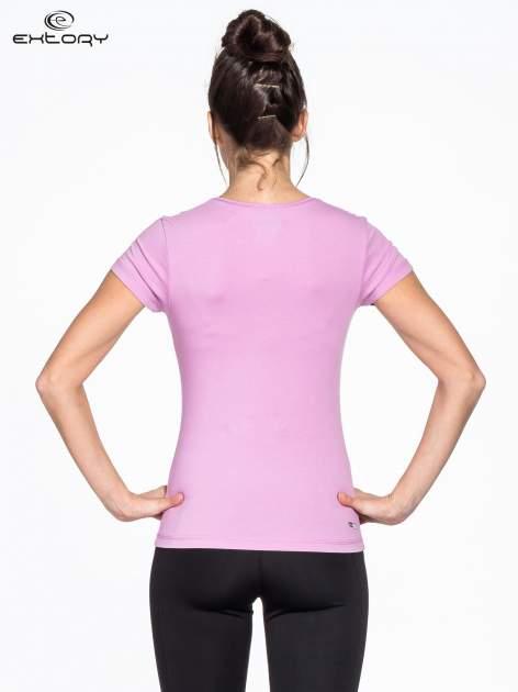 Fioletowy damski t-shirt sportowy z dżetami                                  zdj.                                  2