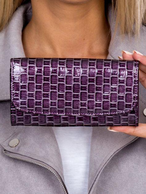 Fioletowy lakierowany portfel z motywem plecionki