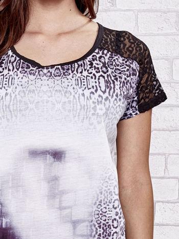 Fioletowy t-shirt w panterkę z koronkowymi rękawami                                  zdj.                                  5