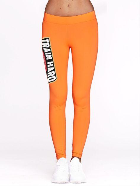 Fluo pomarańczowe legginsy treningowe z nadrukiem TRAIN HARD                              zdj.                              2