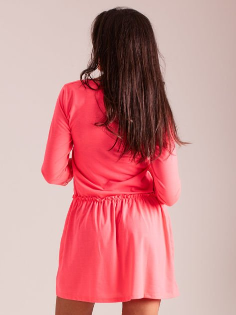 Fluo różowa sukienka z koronką przy dekolcie                              zdj.                              3
