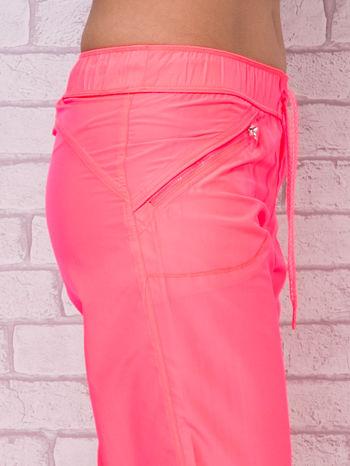 Fluoróżowe spodnie sportowe capri z wiązaniem                                  zdj.                                  5