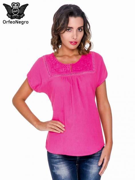 Fuksjowa bluzka koszulowa z haftem i ażurowaniem przy dekolcie                                  zdj.                                  1