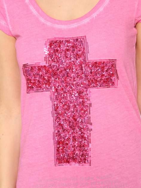 Fuksjowy t-shirt z cekinowym krzyżem                                  zdj.                                  7