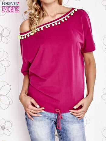 Fuksjowy t-shirt z limonkowymi pomponikami przy dekolcie                                  zdj.                                  1