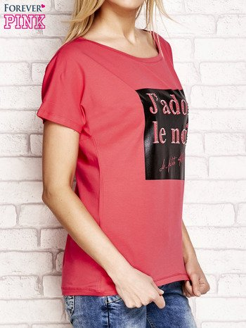 Fuksjowy t-shirt z napisem J'ADORE LE NOIR                                  zdj.                                  3