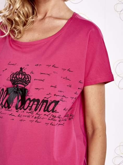 Fuksjowy t-shirt z ozdobnym napisem i kokardą                                  zdj.                                  5