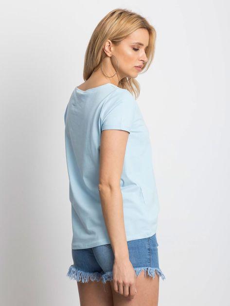 Gładki niebieski t-shirt z podwijanymi rękawami                              zdj.                              3
