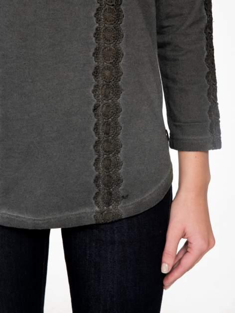 Grafitowa bluza z koronkowymi aplikacjami                                  zdj.                                  6
