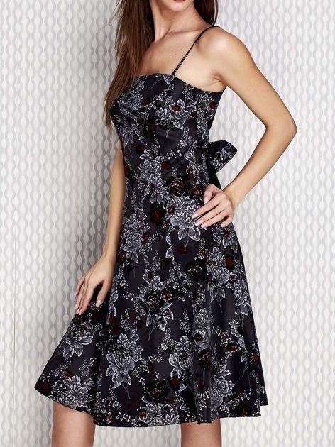 Grafitowa sukienka koktajlowa z kwiatowym motywem                              zdj.                              3