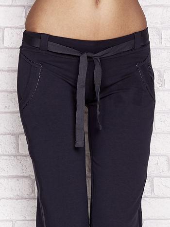Grafitowe dresowe spodnie capri z materiałowym paskiem                                  zdj.                                  4