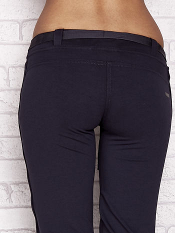 Grafitowe dresowe spodnie capri z materiałowym paskiem                                  zdj.                                  6