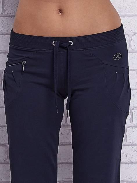 Grafitowe spodnie capri z boczną kieszonką i dżetami                                  zdj.                                  4