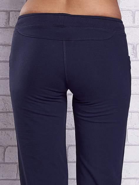 Grafitowe spodnie capri z dżetami przy kieszeniach                                  zdj.                                  6
