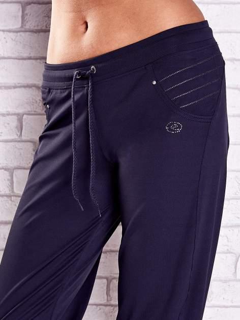 Grafitowe spodnie capri z haftowanymi wstawkami PLUS SIZE                                  zdj.                                  4