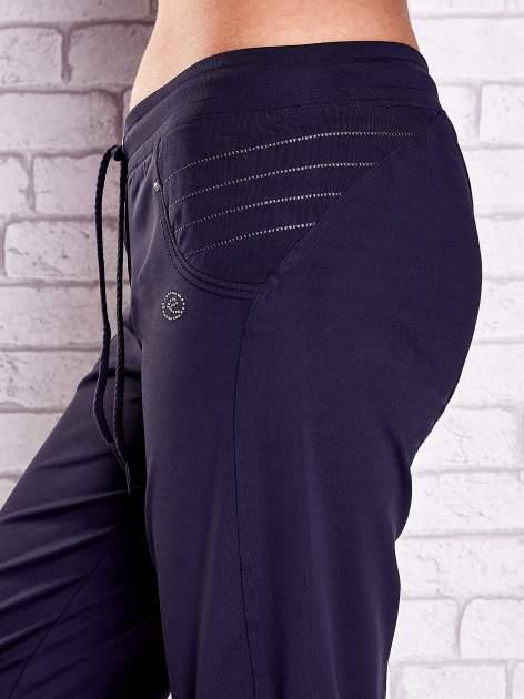 Grafitowe spodnie capri z haftowanymi wstawkami PLUS SIZE                                  zdj.                                  5