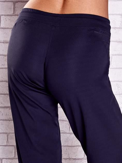 Grafitowe spodnie capri z haftowanymi wstawkami PLUS SIZE                                  zdj.                                  6